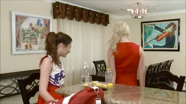 MILF caliente acaba muy zorras ancianas de ser follada por dos masajistas